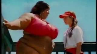 Repeat youtube video Risatissime - donna cicciona in piscina - tutto da ridere