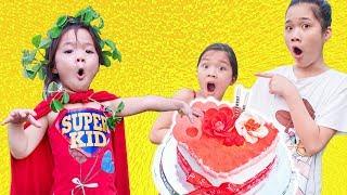 Siêu Anh Hùng nhí Đổ Nước vào Chiếc Bánh Sinh Nhật - Trang Vlog