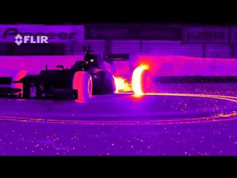 Дрифт болида «Формулы-1» Red Bull Racing s RB8 Tearing it Up in Infrared