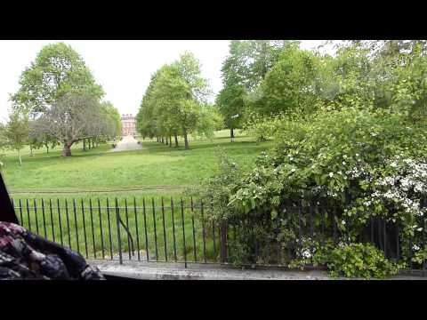 P1010788 London, tour guide describes Kensington Palace.