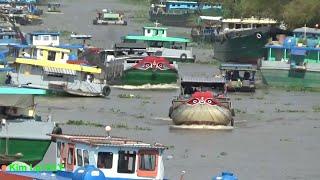 Quá nhiều tàu thuyền qua lại trên dòng sông này nhìn rất nguy hiểm/Too many ships running