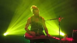 Xavier Rudd chante No woman no cry au Trianon