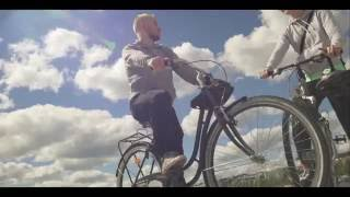 Visit Jyväskylä haastaa matkailijat ja seudun omat asukkaat liikkumaan Jyväskylän tunnetuissa ja arvostetuissa liikunta- ja virkistyskohteissa. Tyyli on vapaa ja hengästyminen sallittua :) Suorita haaste omalla tyylilläsi ja valitsemallasi porukalla, ota suorituksesta kuva tai videopätkä, lataa se Instagramiin hashtagilla #jklmoving ja osallistut kilpailuun. Instagram-tilin asetuksien tulee olla julkinen, jotta kuva näkyy kaikille käyttäjille.   Haasteet esitellään kesällä 2016 Jyväskylän jalkapalloseura JJK:n pelaajien toimesta. Haaste on heitetty! #jklmoving http://visitjyvaskyla.fi/liikkeessa  JJK:n Jasin Abahassine esittelee kesän neljännen liikuntahaasteen.