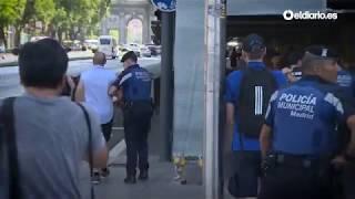 La policía retira pancartas del Hogar Social Madrid que pretendían reventar el minuto de silencio