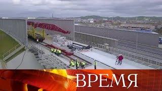 На Крымском мосту начали укладывать рельсы.