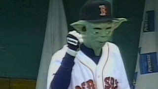 Pedro Martinez wears Yoda mask in dugout