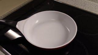 видео Пригорает керамическая сковорода: что делать? Как очистить от нагара?
