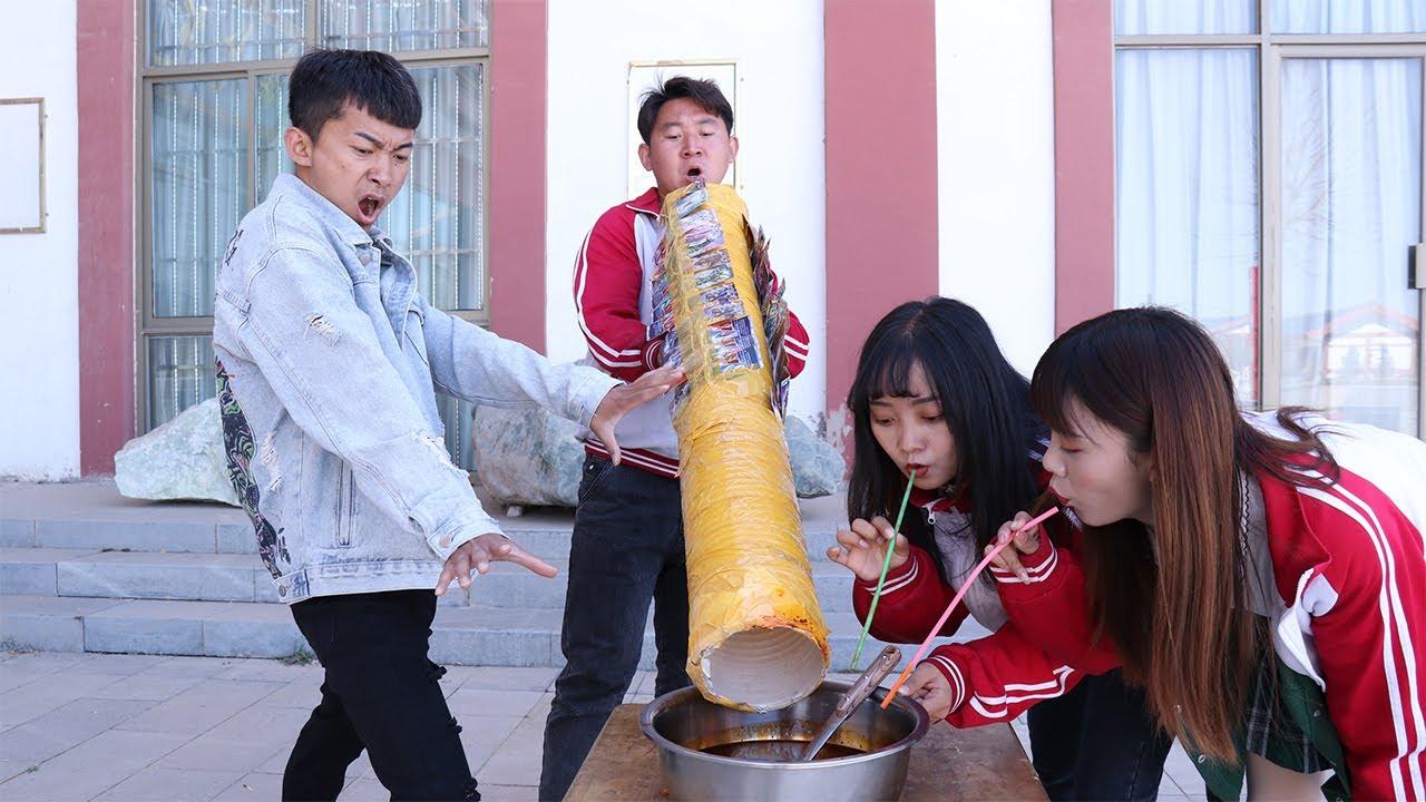 【天才錢小寶】食堂供應爆辣火鍋湯,每人用吸管只能喝1口,不料學生拿來奧特曼巨型吸管