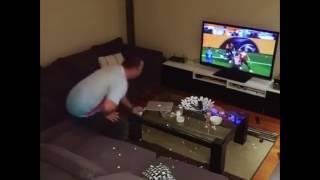 Stanca del marito e delle partite in TV moglie si vendica così!