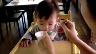 cute baby film-Taiwan-超可愛小孩影片-快給我吃啦~~