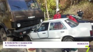 ДТП в Одессе: КамАЗ раздавил Honda. Есть пострадавшие(На Черемушках сегодня утром КамАЗ раздавил Honda. Сильно пострадала женщина-водитель легковушки. ДТП произош..., 2016-11-01T13:50:39.000Z)