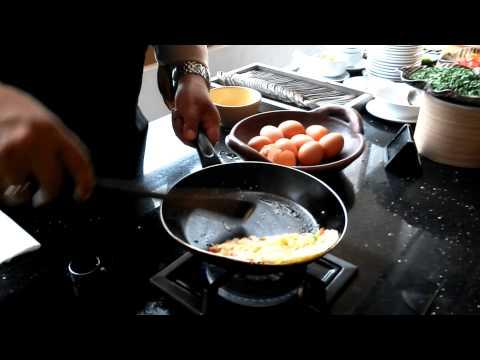 Memasak Omelette Ala Chef Grand Zuri Hotel BSD