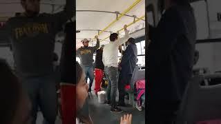 Pasajero le increpa a dos venezolanos ambulantes en un bus de transporte publico en Lima
