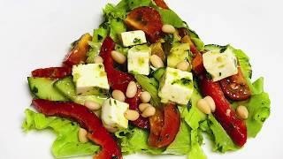 Зеленый салат с соусом песто
