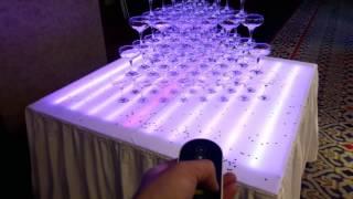 Пирамида из бокалов шампанского на светодиодном столе