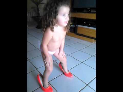 Bruna Leticia dançando Parara tibum ♥