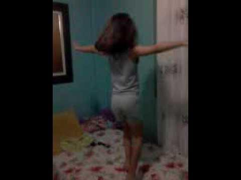 Menina dançando e cantando ▶1:21