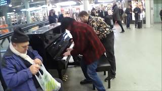 Dude Learns To Play Boogie Woogie Piano ON THE SPOT