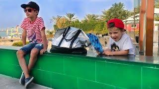 Артур и Давид ПРИШЛИ на Пляж! Мальчики Не ЗНАЮТ куда спрятать Вещи! Для Детей Kids Children