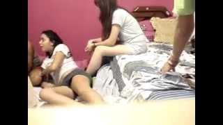Mini Şortlu Seksi Kızlar Yatak Eğlencesi Yapıyor