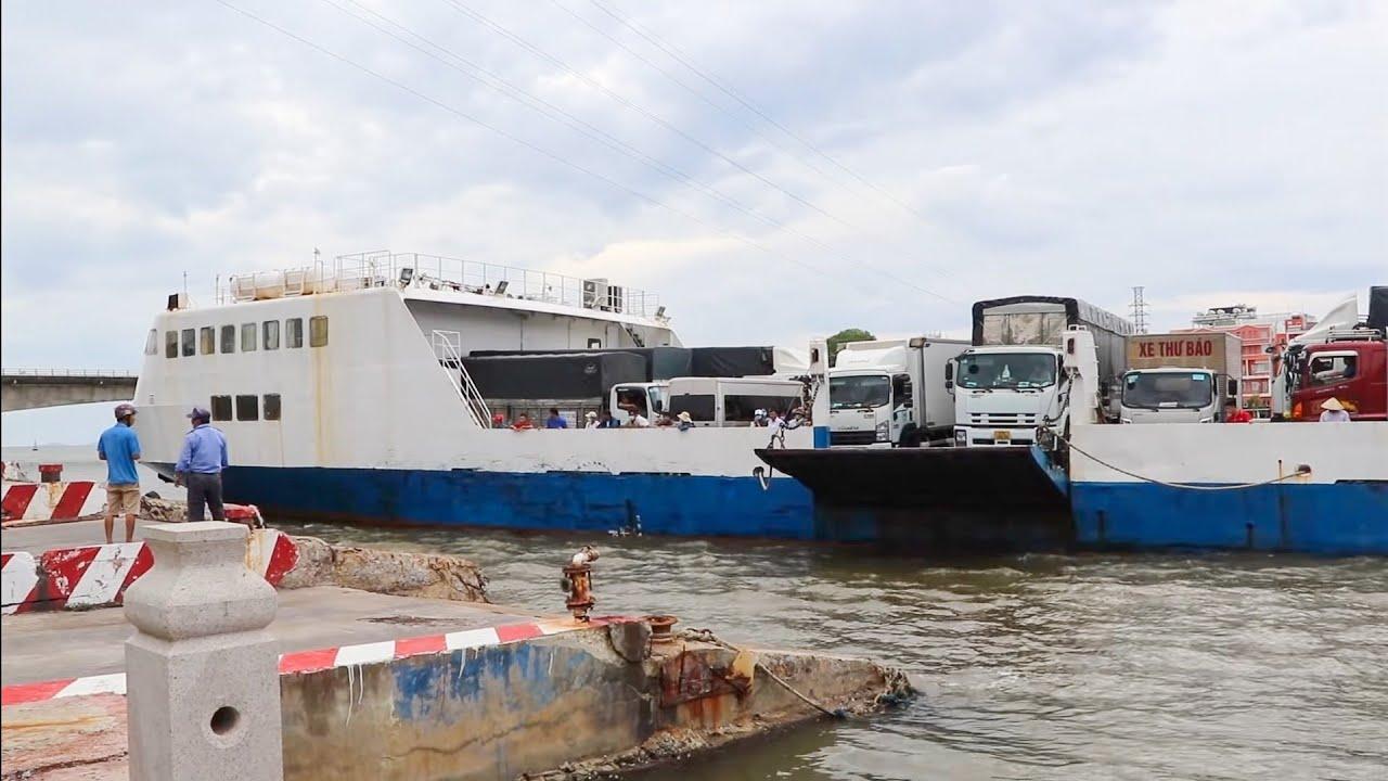 Phà khổng lồ quay đầu cập bến chở xe tải hạng nặng