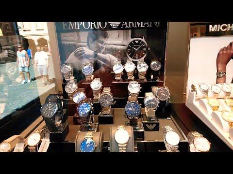 Магазин часов в витрине магазина и цены на часы. В Амберг Бавария Германия.