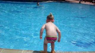 Арина 2г3м прыжки в воду Турция - Arina 2y3m jumping in the pool, Turkey