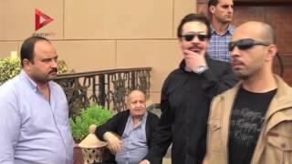 بالفيديو| محمد هنيدي ويوسف شعبان وصابرين في جنازة
