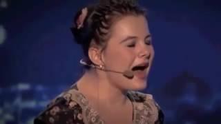 Lorelai, la niña de 14 años que toca el piano sin brazos y canta de manera extraordinaria