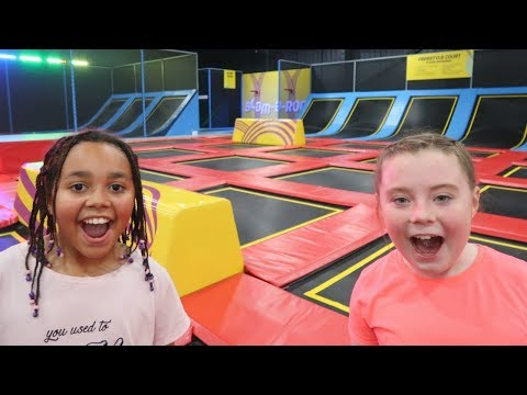 Download Youtube: CRAZY TRAMPOLINE PARK CHALLENGE FUN - Toys AndMe | Family Fun video