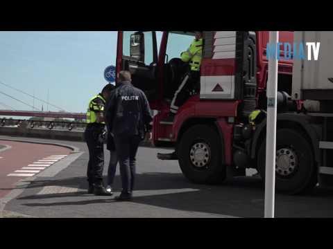 Mobiele Eenheid dwingt truck tot stoppen Boompjes Rotterdam
