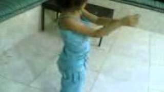 طفله تقلد رقص هيفاء.3gp