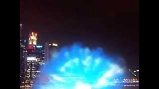Лазерное шоу в Сингапуре(Удивительное Лазерное шоу в Сингапуре. Гуляя по Сингапуру, очень сильно устаешь, но есть места где можно..., 2013-04-30T22:38:54.000Z)