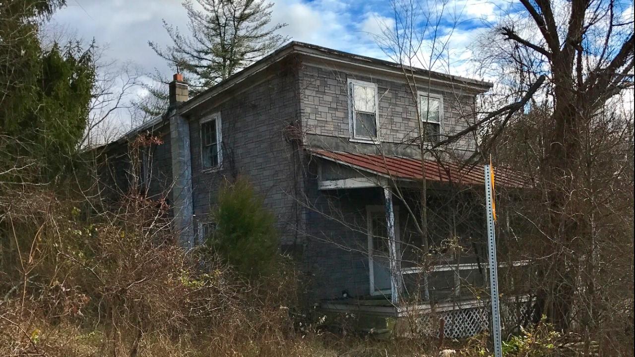 Abandoned HOUSE w/ Strange Things Left Behind
