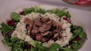 Теплый салат из дикого риса с куриной печенью и грибами