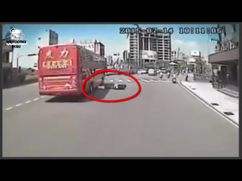 [Taiwan] horrific sad scooter accident ran over woman busy traffic -  慘遭遊覽車後輪輾女騎士頭部