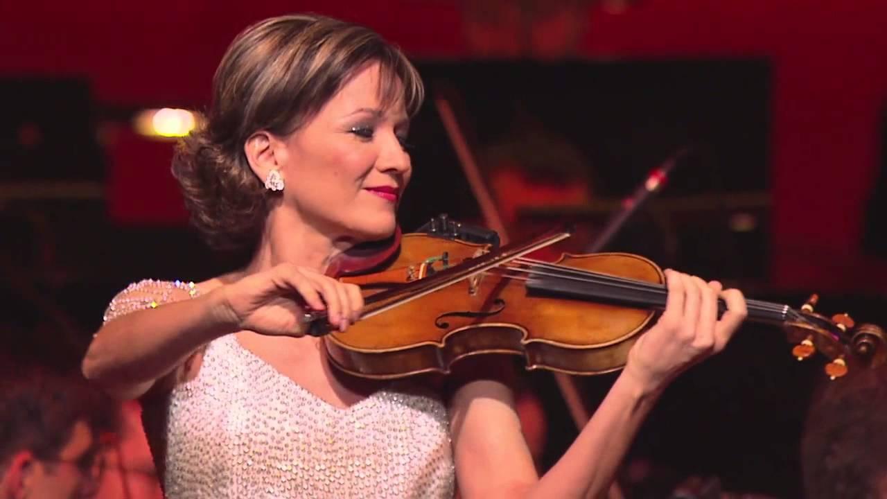 才华横溢的匈牙利女艺术家-KATICA ILLÉNYI 演奏神奇乐器- THEREMIN(塞瑞民)