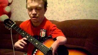 играет и поет на гитаре