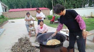 清香地锅炕葱花大油馍,邻家媳妇过来好几个,一起品尝味道真不错