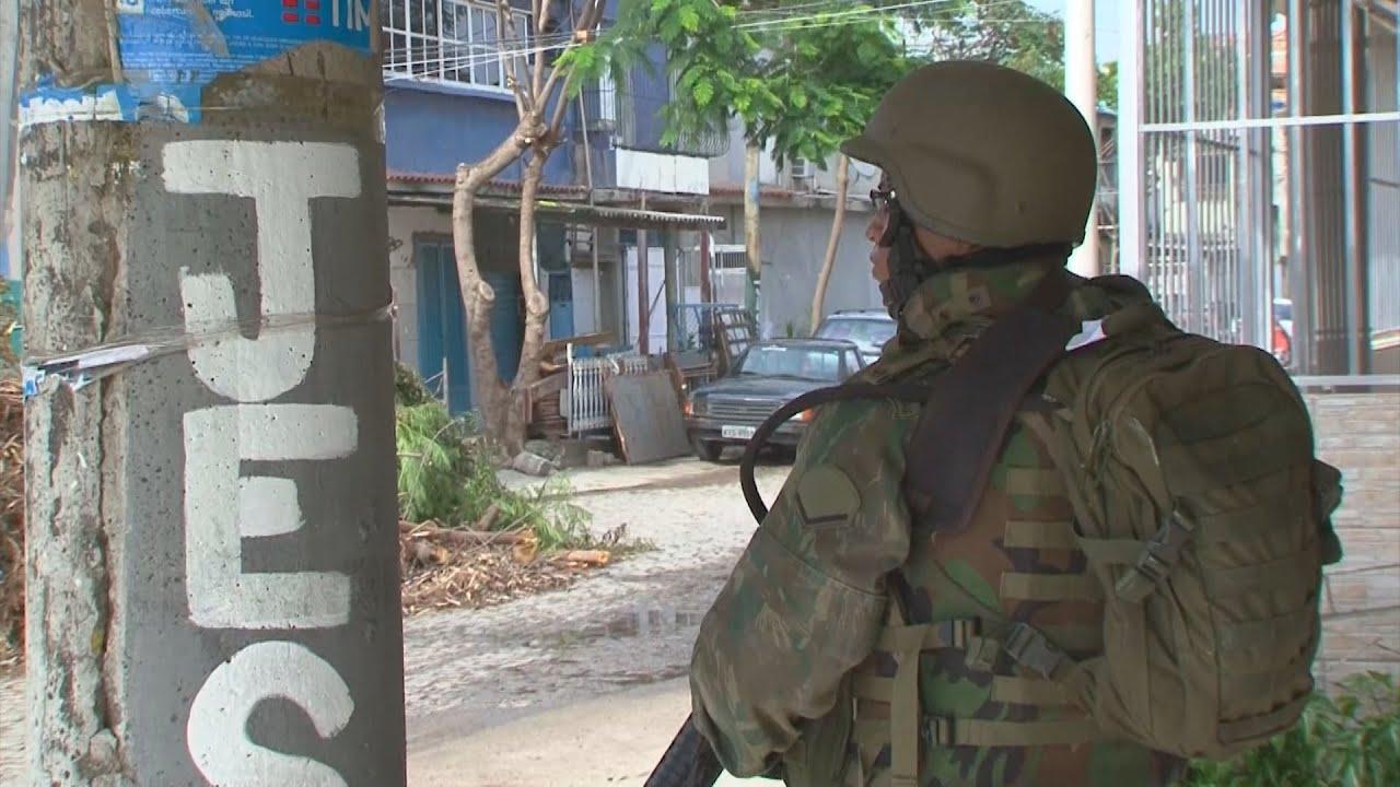 77b4c9405 Exército e polícia fazem operação na favela Kelson's, zona norte do Rio