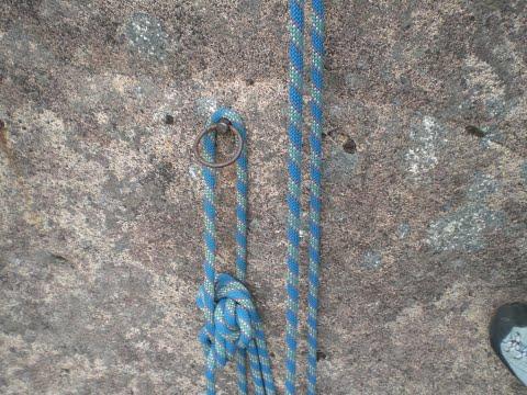 懸垂下降でロープが途中のリングに引っかかった