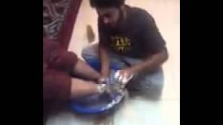 ولد ينظف رجول امه