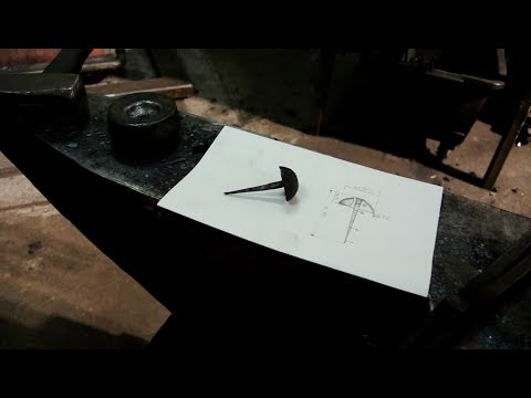 Nägel schmieden mit dem Lufthammer und dem Amboss