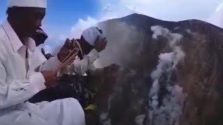 Download Video Video Ritual Pakelem di Kawah Gunung Agung Yang Dilakukan Jero Mangku Ada MP3 3GP MP4