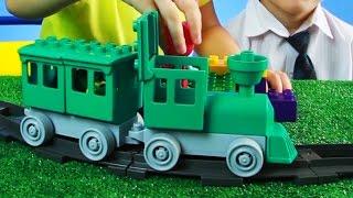 Дети играют в игрушки машинки, Машу и Кузнечика Кузю. МанкиИгры