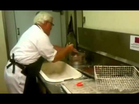 ฮือฮา! คลิปผู้พันแซนเดอส์ ทำไก่ทอด KFC