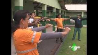 Funcionários praticam ginástica laboral