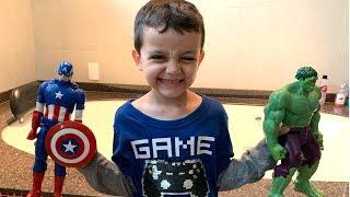 Jogando Coleção de Bonecos Marvel DC na Banheira!! Playing...