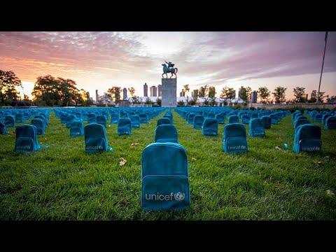 اليونيسف تصنع مقبرة من حقائب مدرسية لتسليط الضوء على ضحايا الحرب من الأطفال…
