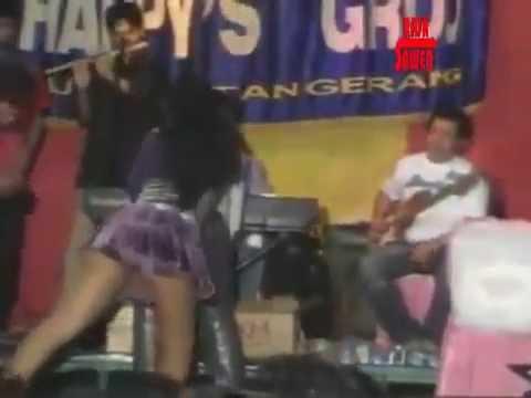 Video Dangdut Saweran Edan Peyanyinya Hampir Bugil